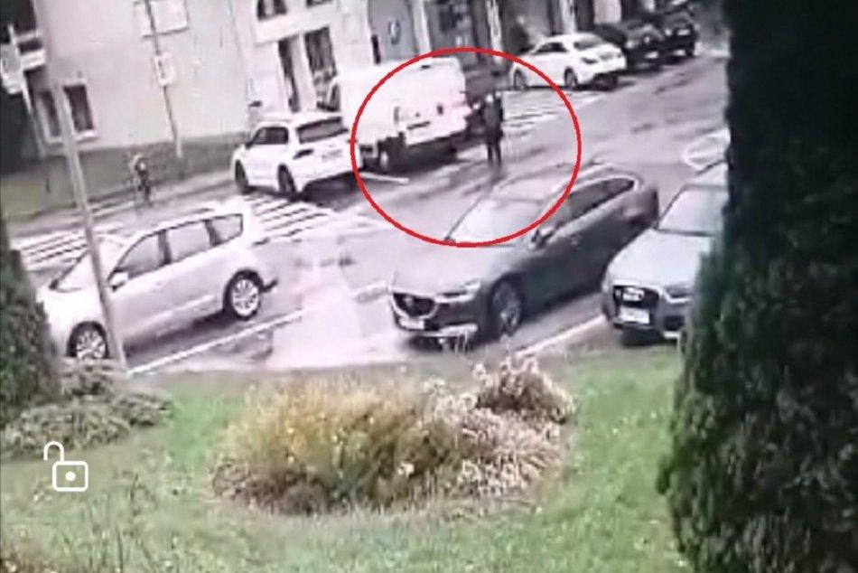 Nešťastná udalosť: Muž si pri cúvaní nevšimol chodkyňu, zraneniam podľahla