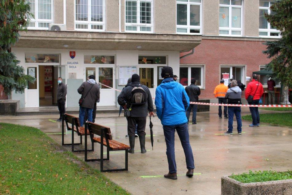 V OBRAZOCH: Pred odbernými miestami v Bystrici sa tvoria dlhé rady