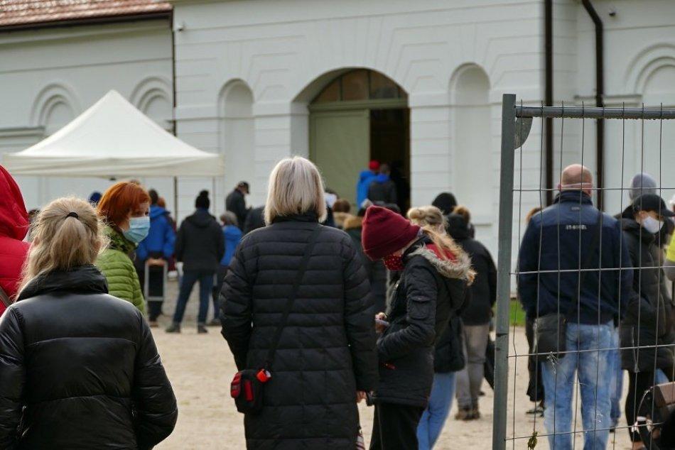 FOTO: Testovanie na odbernom mieste v areáli Budatínskeho hradu
