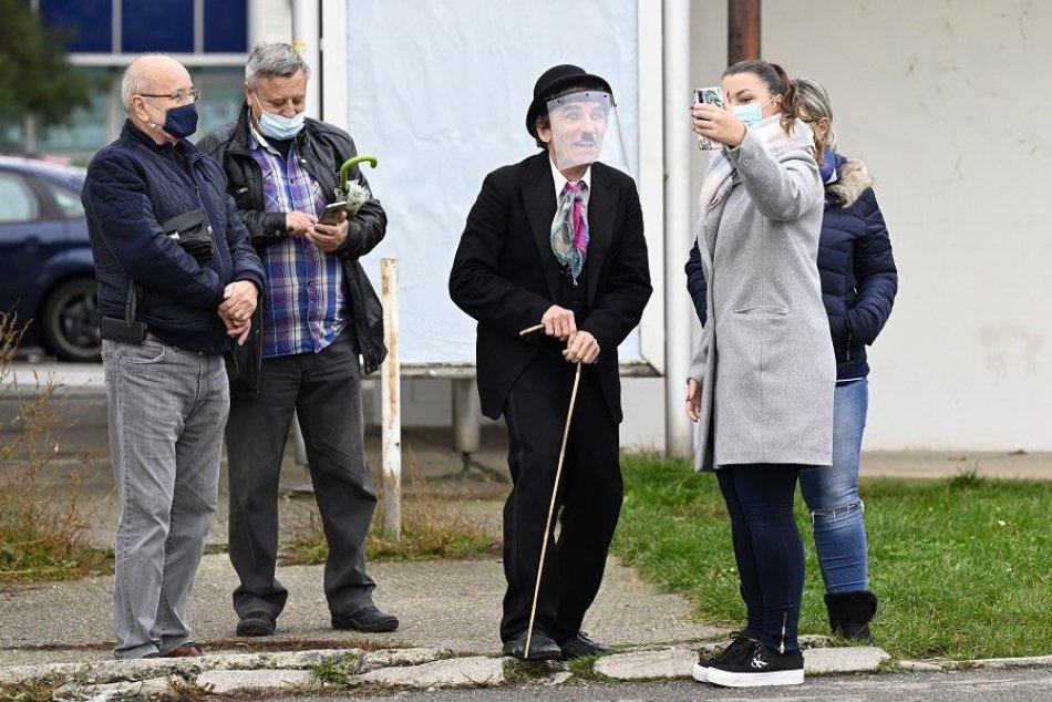 FOTO: Ľudí na testovaní v Trenčíne prekvapilo vystúpenie míma
