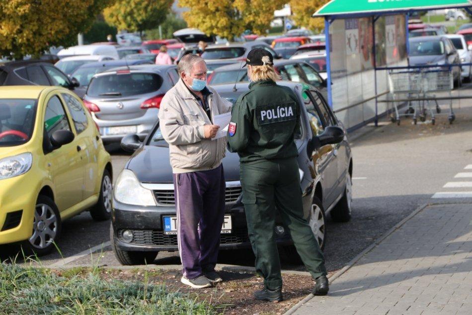 Policajti v uliciach Topoľčian