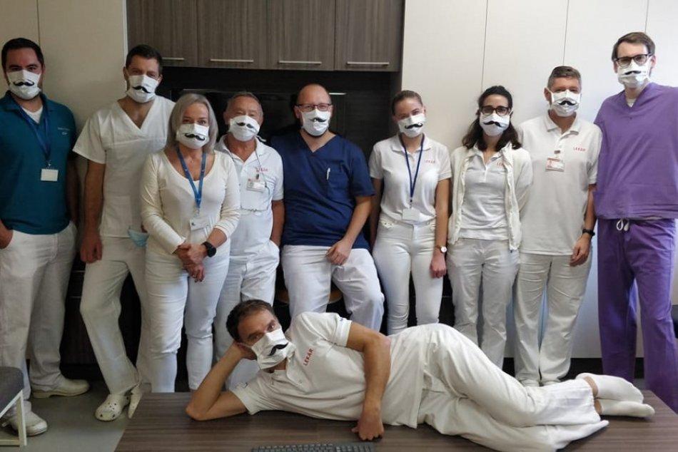 Bystrickí zdravotníci pózovali v netradičných rúškach
