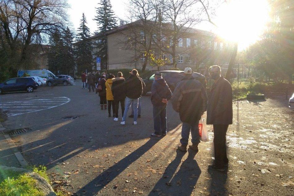 V OBRAZOCH: Bystričanov neodradilo ani mrazivé počasie, na odbery stoja v radoch