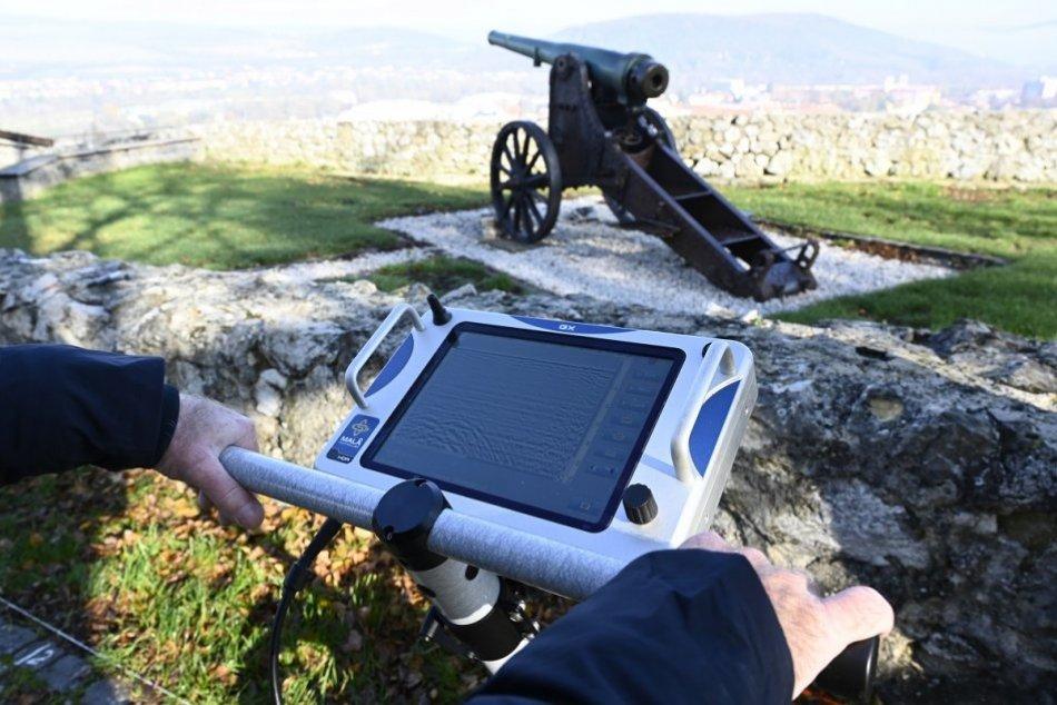 OBRAZOM: Meranie georadarom na Trenčianskom hrade