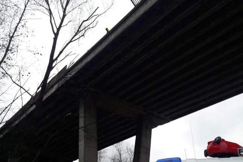 Policajné foto: Auto spadlo z mosta