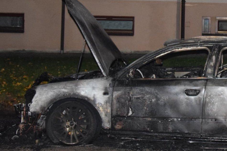 OBRAZOM: Podpálené auto, mladíka rýchlo chytili a už je za mrežami