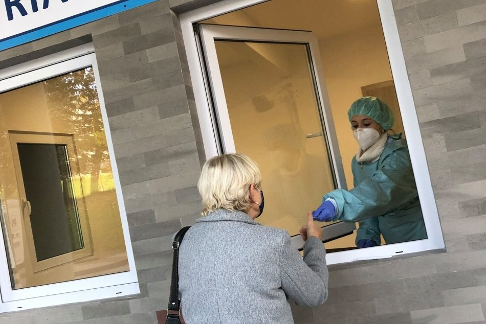 V OBRAZOCH: Pri bystrickej nemocnici otvorili triážny domček