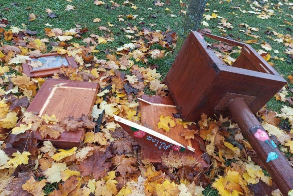 Vandali sa vyzúrili v parku pod Borinou