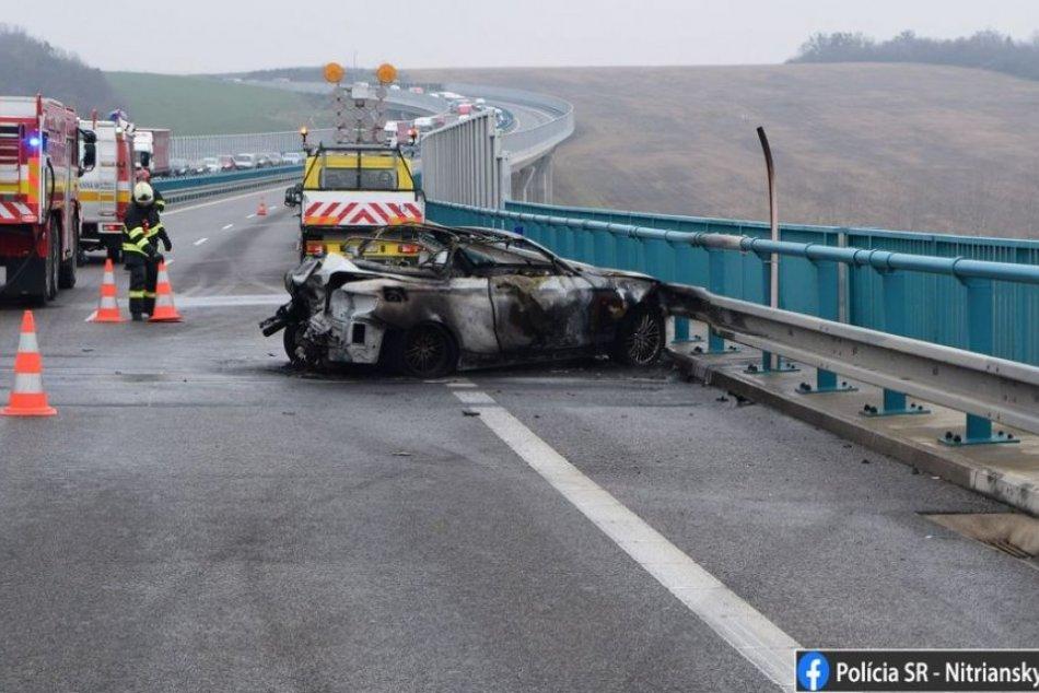 Auto skončilo po nehode na R1 v plameňoch