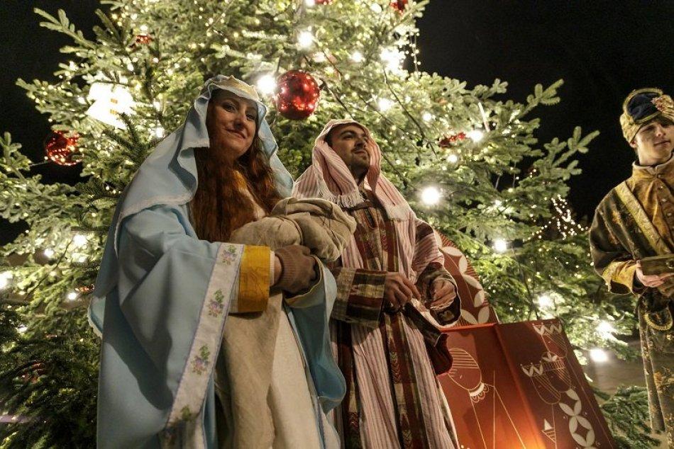 Na Hlavnom námestí v Bratislave rozsvietili vianočný stromček