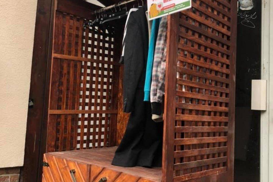 OBRAZOM: Na Zapotôčkach pribudla verejne prístupná skriňa s teplým oblečením