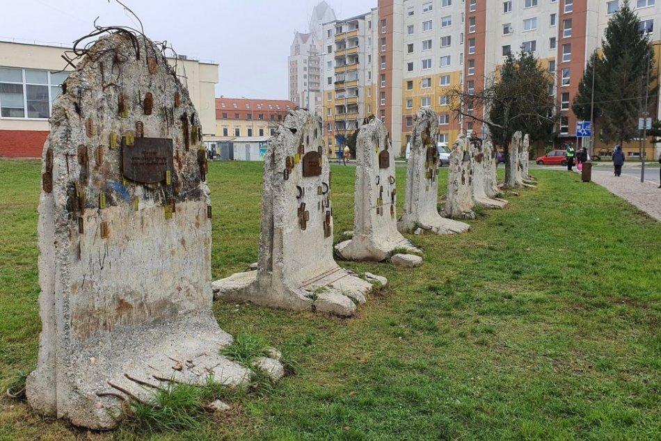 V OBRAZOCH: Pri historickej synagóge pribudol Lučenecký dekalóg