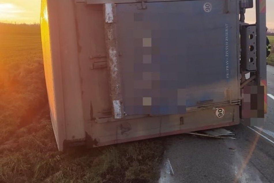 Prevrátil sa kamión, ktorý prevážal ošípané