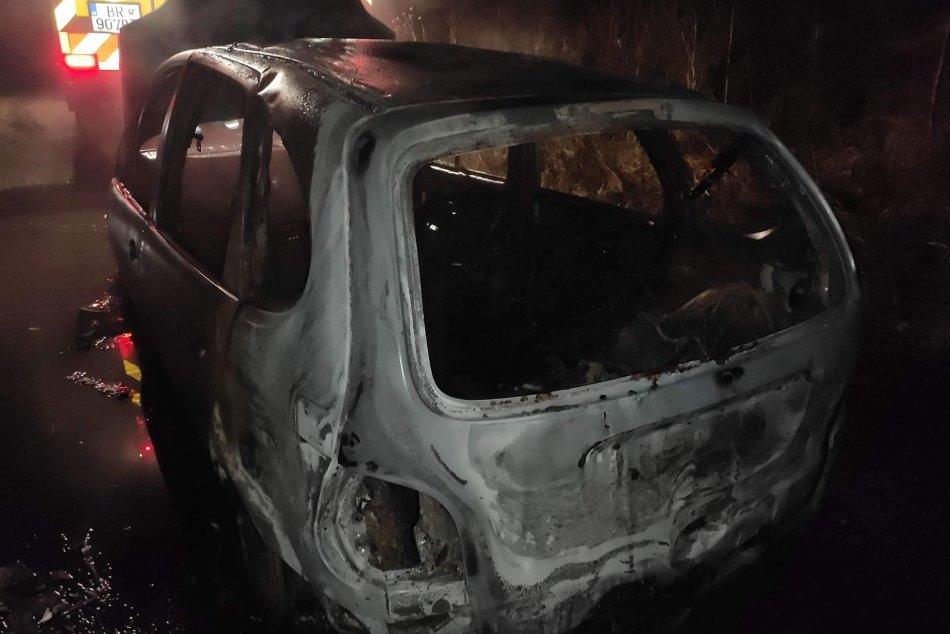 V OBRAZOCH: Na Horehroní zhorelo auto do tla, vodič bol opitý