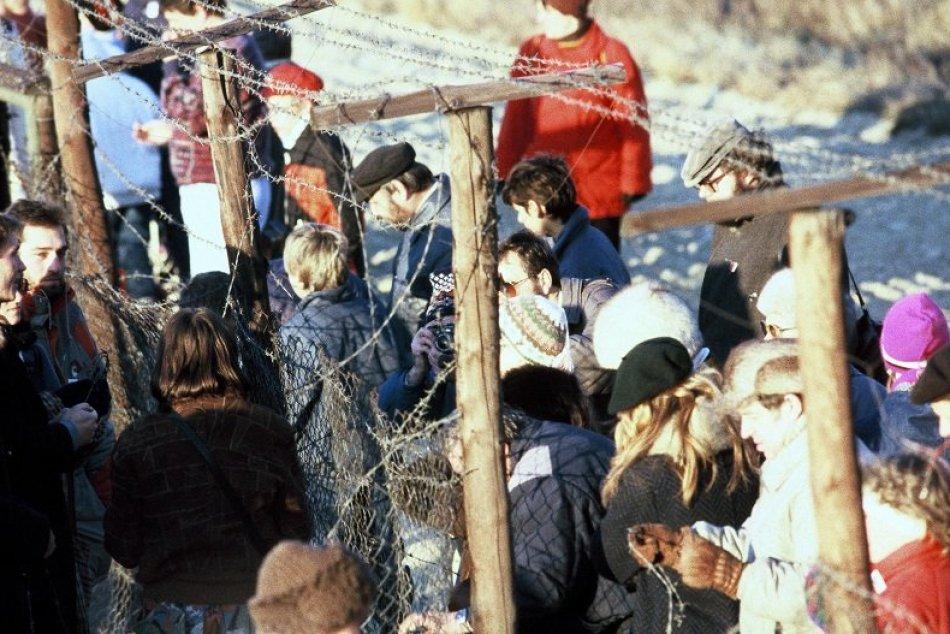"""Pochod """"Ahoj Európa"""" v decembri 1989, strihanie železnej """"opony"""""""