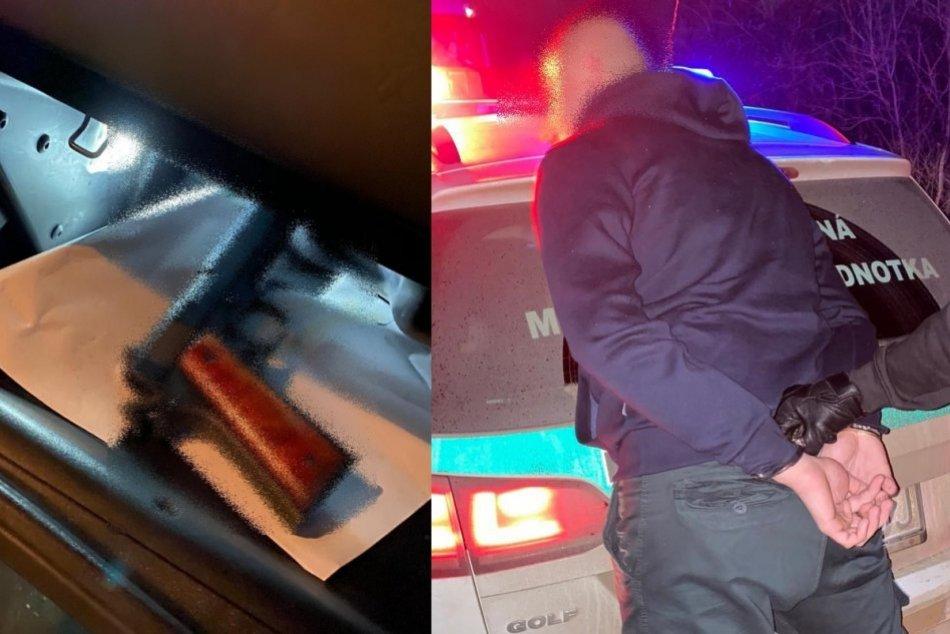 Zásah ako z akčného filmu: V podozrivom aute objavili zbraň