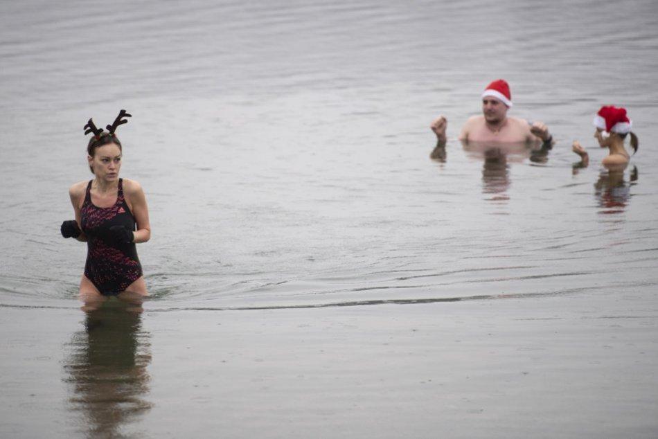 Vianočné plávanie otužilcov na Veľkom Draždiaku v Bratislave