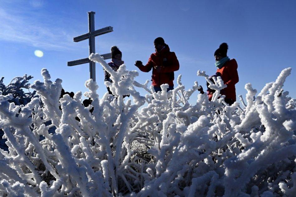 OBRAZOM: Zimný výstup turistov na vrch Strážov v Strážovských vrchoch