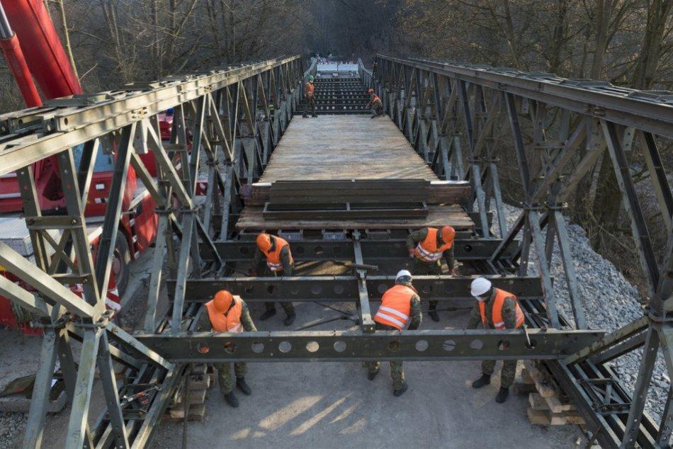 Montáž provizórneho mosta v Kysaku