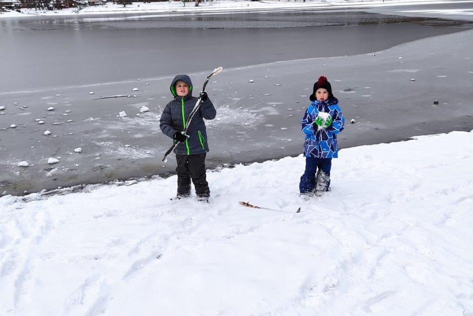 Michalovce a okolie pod bielou perinou: Vinianske jazero, snehuliaci, sánky a vy