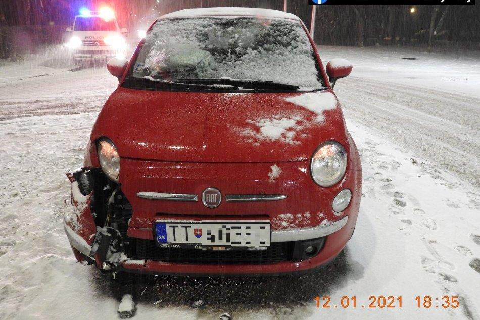 Sneženie potrápilo vodičov: Viacerí skončili s autami mimo cesty, FOTO