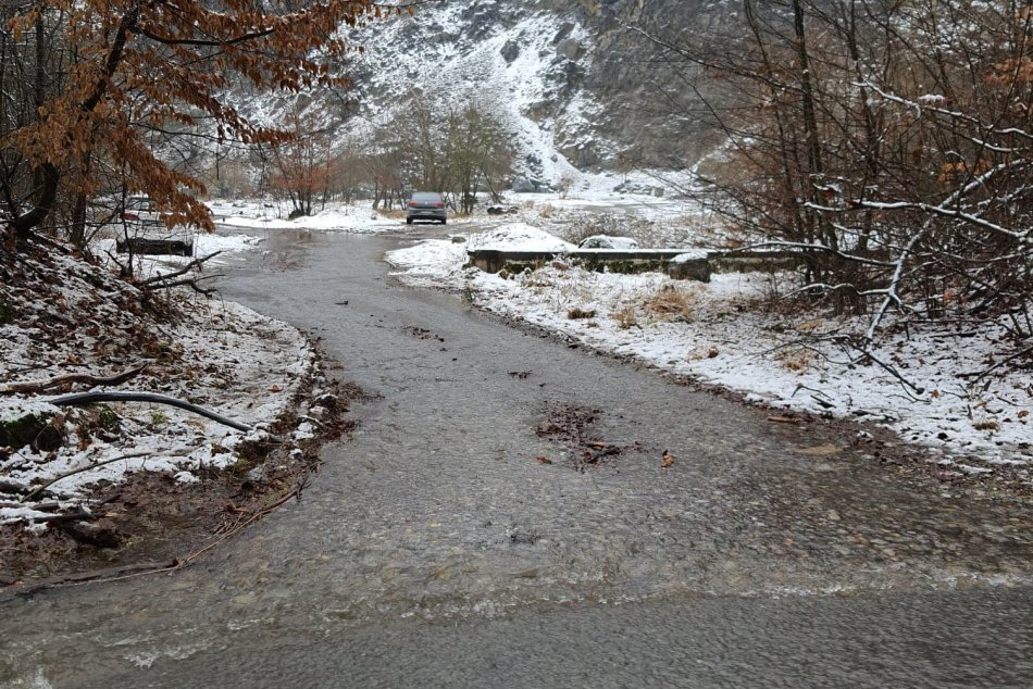 Zatopená cesta v Medených Hámroch