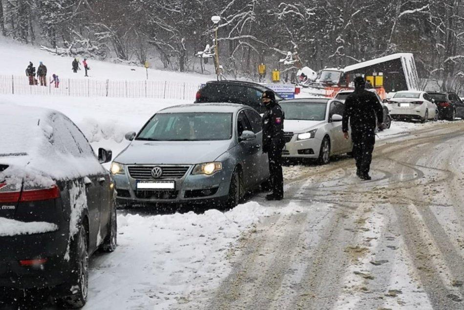 OBRAZOM: Policajná kontrola pri lyžiarskom stredisku Čertov
