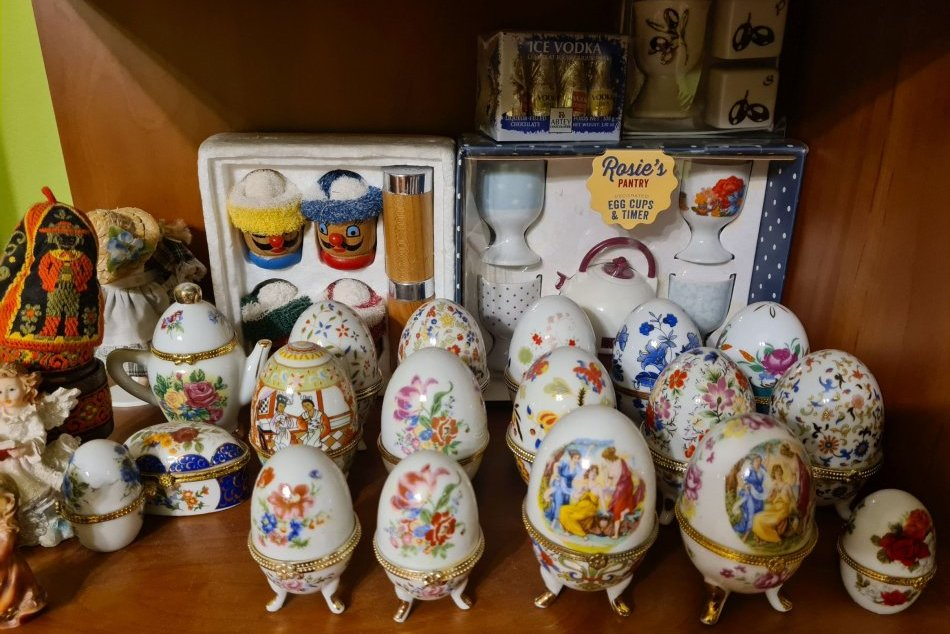 V OBRAZOCH: Bystričan Robert má úchvatnú zbierku kalíškov na vajíčka
