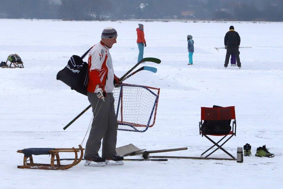 V OBRAZOCH: Ľudia sa korčuľujú a hrajú hokej na zamrznutej vodnej nádrži Môťová