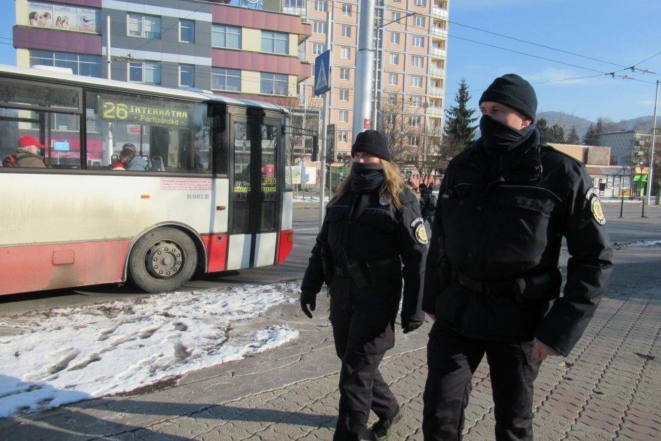 V OBRAZOCH: Mestskí policajti v Bystrici kontrolujú protiepidemické opatrenia