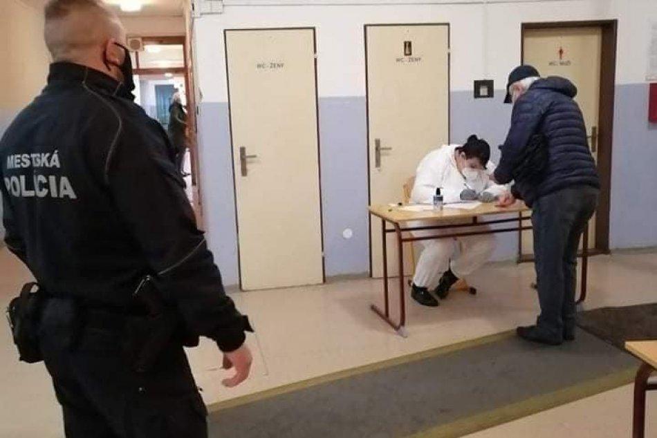 V OBRAZOCH: Mestskí policajti vo Zvolene pomáhali pri skríningovom testovaní