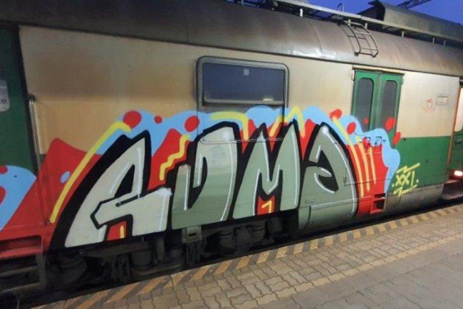 Obrazom: Súprava vlaku v Lipanoch dostala nechcený náter