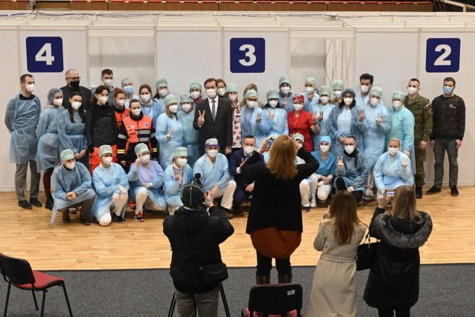 FOTO: Plošné očkovanie proti ochoreniu COVID-19 v trenčianskej športovej hale