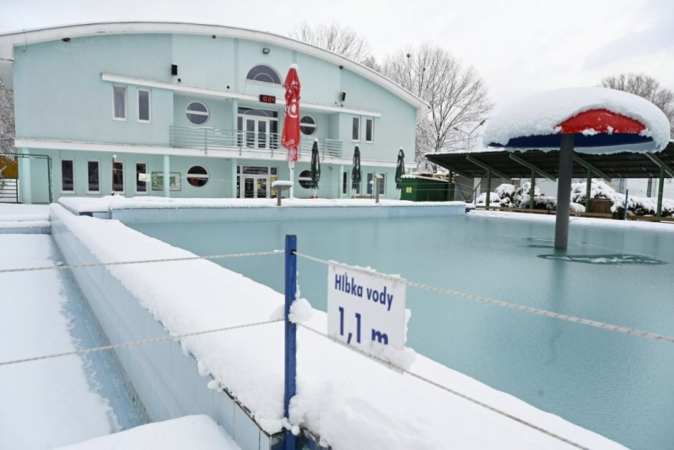 OBRAZOM: Termálne kúpalisko Chalmová v obci Bystričany počas zimy