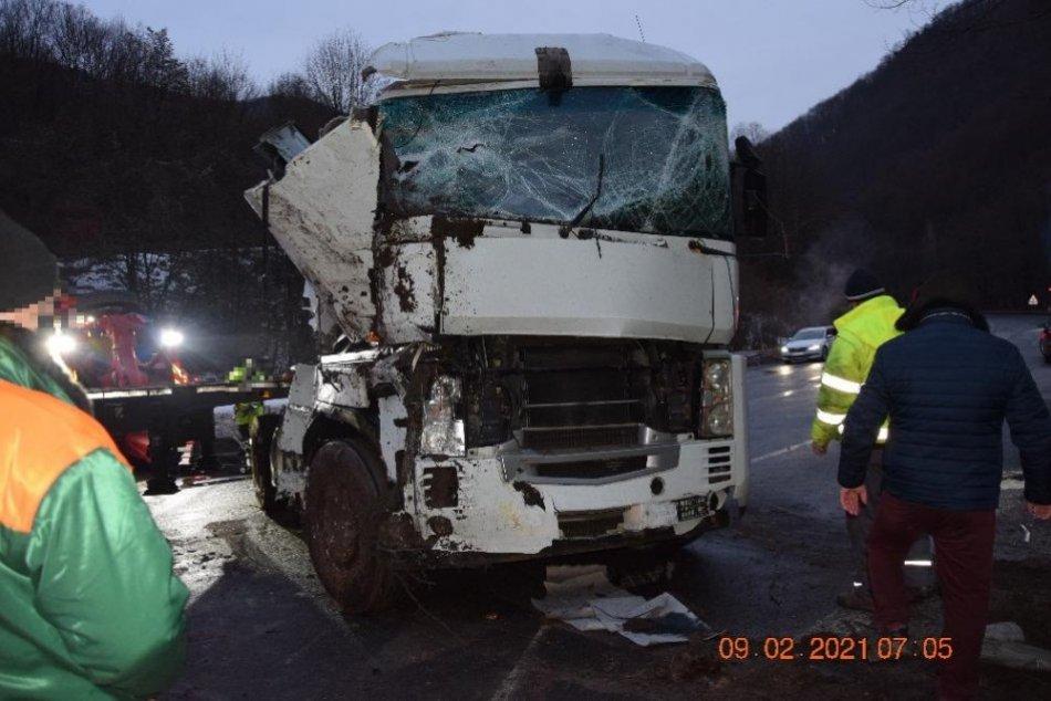 V OBRAZOCH: Cestou na Donovaly sa prevrátil kamión