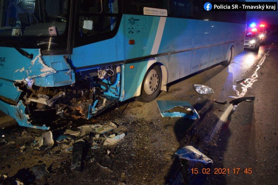 Hrozivá nehoda v Trebaticiach: Mladý šofér sa čelne zrazil s autobusom
