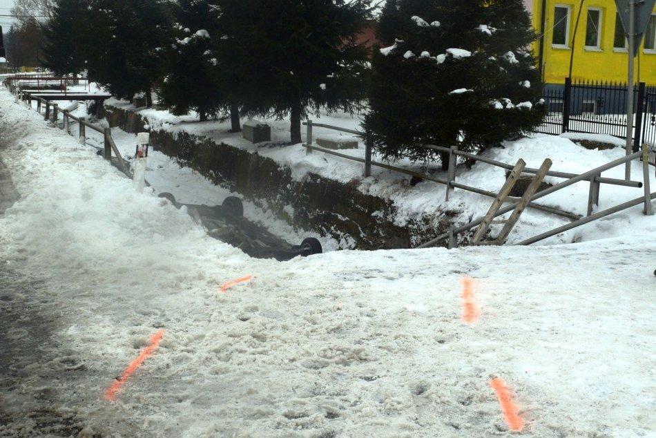 Obrazom: Na východe skončila vodička so svojím autom v potoku