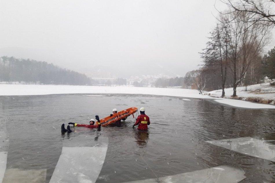 FOTO: Prievidzskí hasiči cvičili záchranu osoby zo zamrznutého jazera