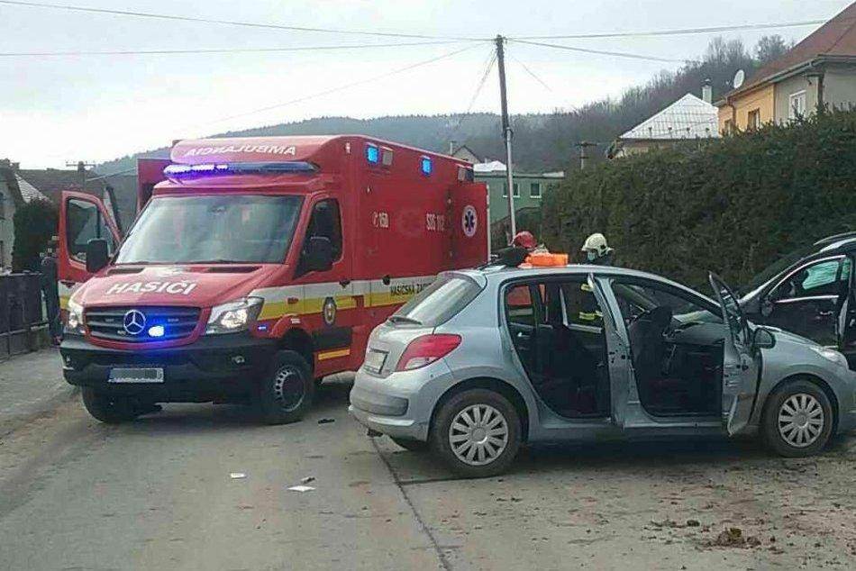 OBRAZOM: Dopravná nehoda v Omšení si vyžiadala zranenia dvoch ľudí