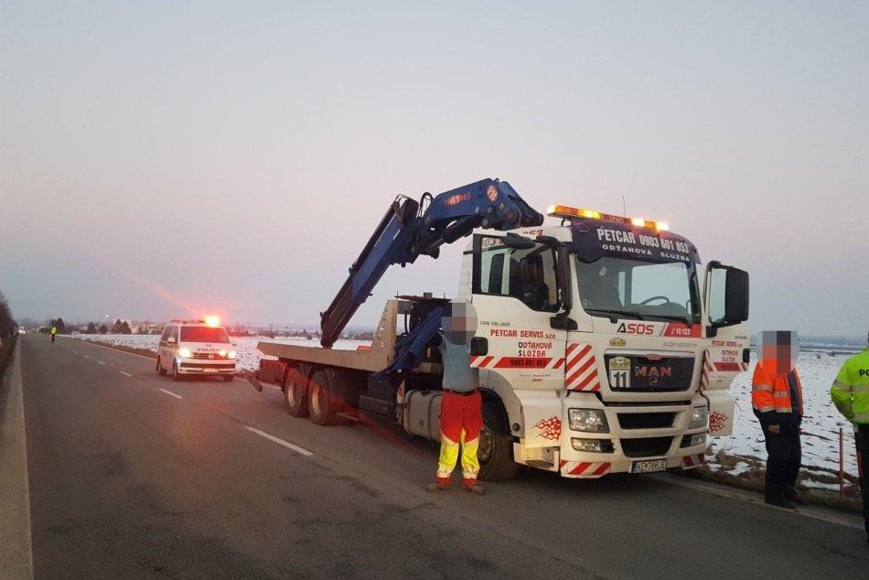 OBRAZOM: Nehoda obmedzila premávku, náklad prekladali ručne niekoľko hodín
