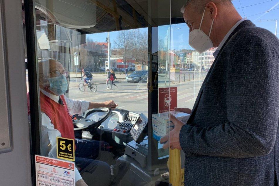 Mesto vybavuje autobusy a trolejbusy respirátormi FFP2