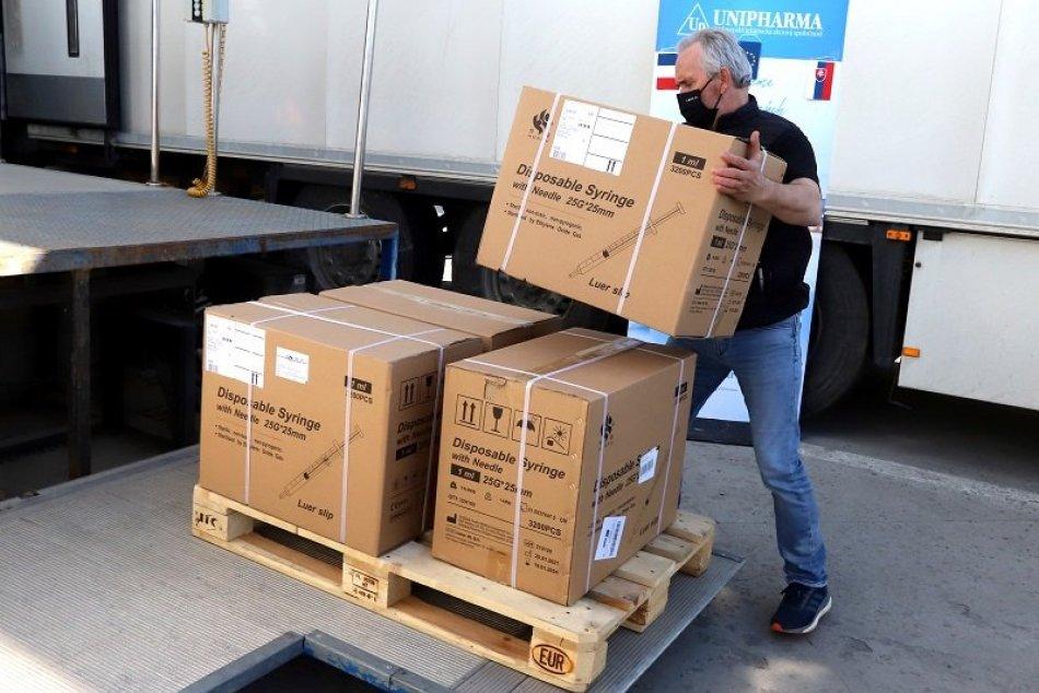 Slovensko prijalo dar 15-tisíc dávok vakcíny proti COVID-19 od Francúzska