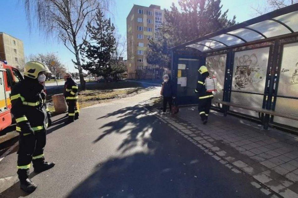 V OBRAZOCH: Dobrovoľní hasiči v Lučenci dezinfikovali miesta so zvýšeným pohybom