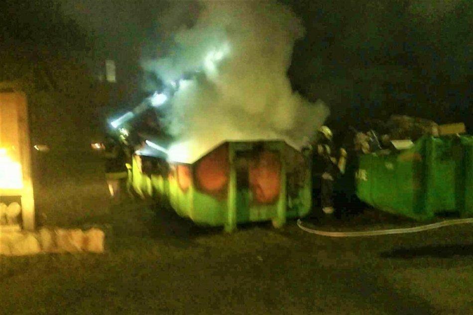 OBRAZOM: Požiar veľkokapacitného kontajnera v Stupnom