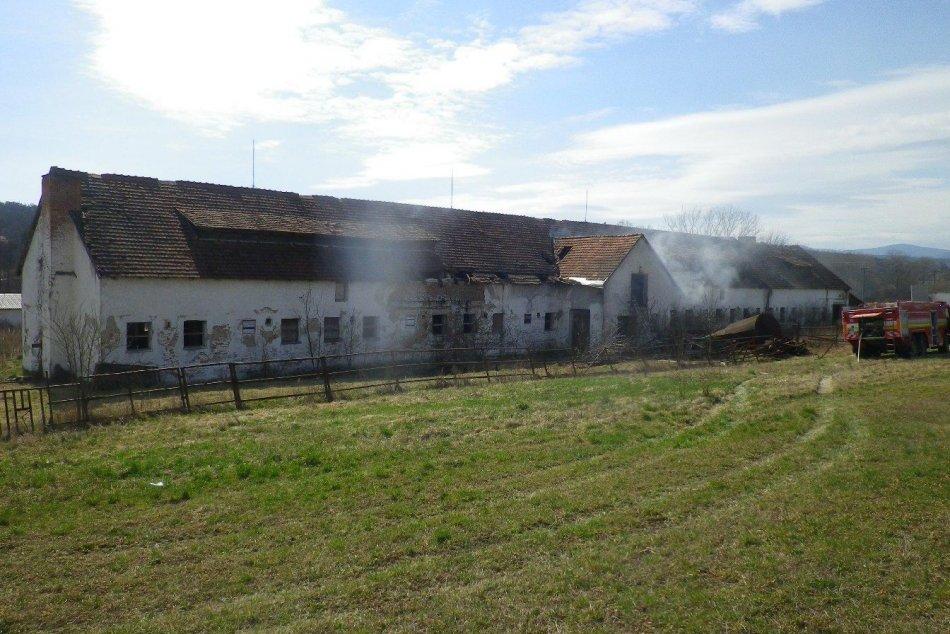 FOTO: Vo Veľkých Držkovciach horela nevyužívaná hospodárska budova