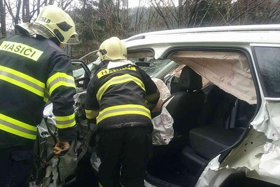 V OBRAZOCH: Zrážka kamióna a osobného auta neďaleko Bystrice