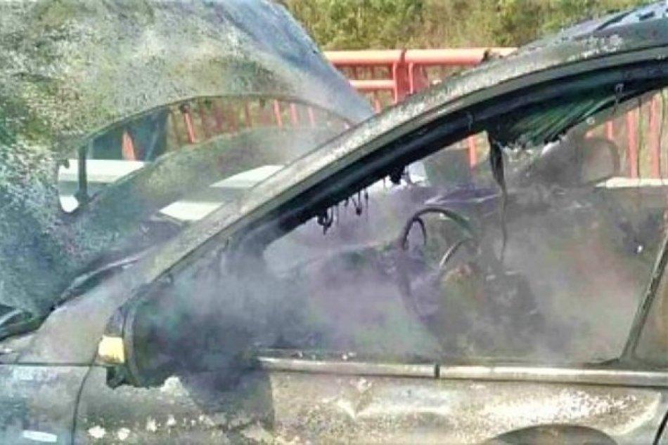 OBRAZOM: Požiar auta na diaľnici D1 v Považskej Bystrici