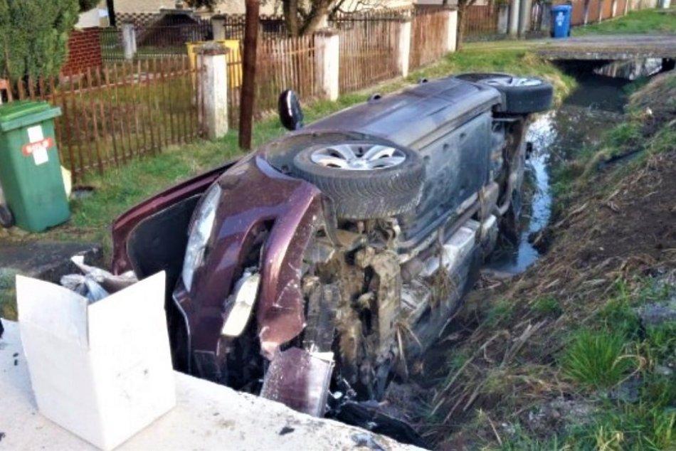 OBRAZOM: Dopravná nehoda v Beluši, auto skončilo v potoku