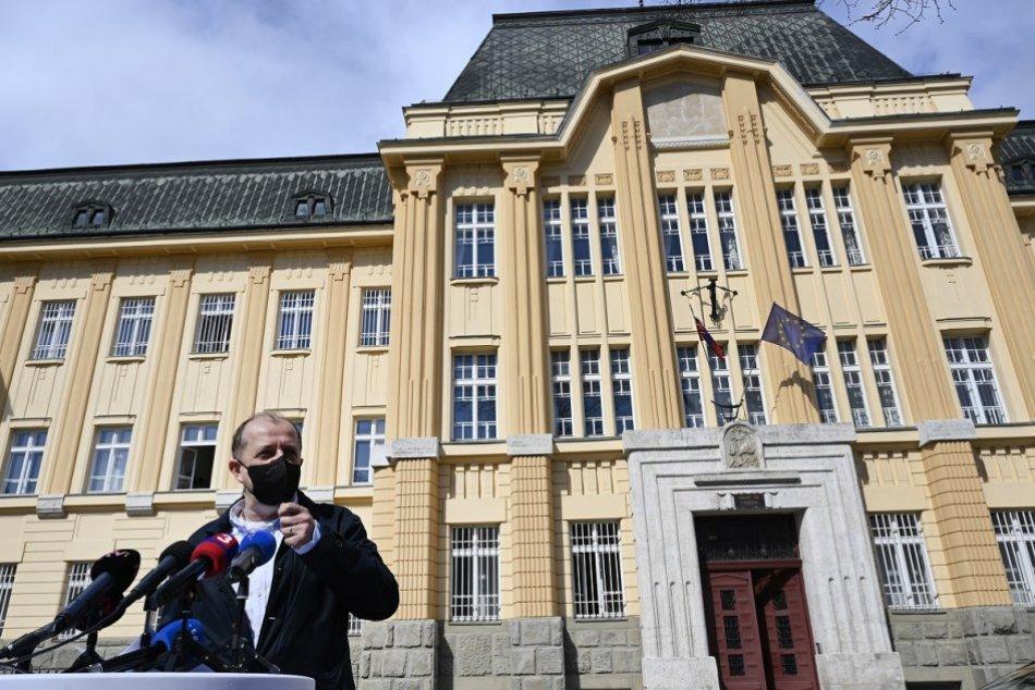 FOTO: Primátor Richard Rybníček počas brífingu pred Krajským súdom v Trenčíne