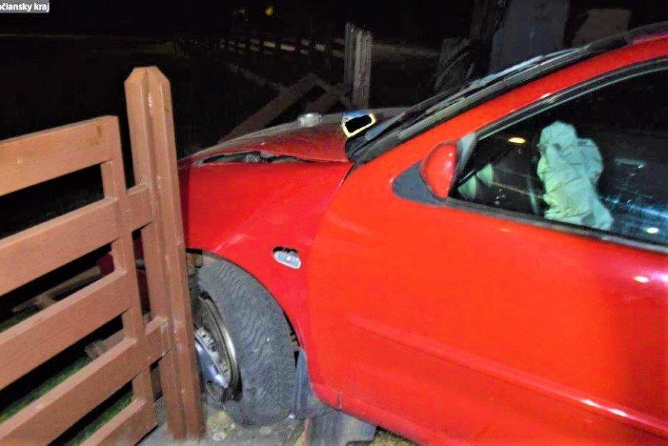 FOTO: 20-ročný vodič s 1,58 promile narazil v Oslanoch do cintorína